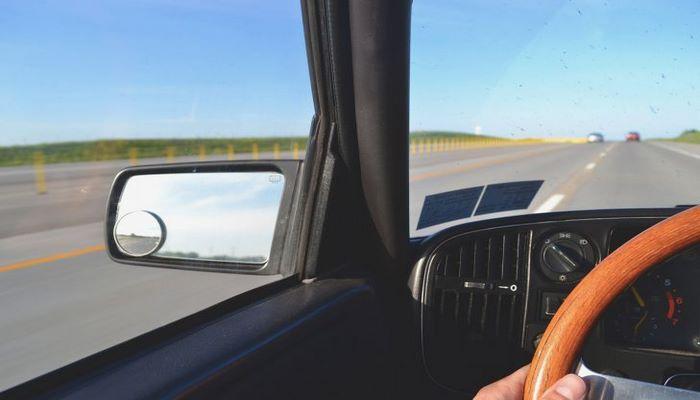 Автоэксперты рассказали, чем опасны присоски на лобовом стекле