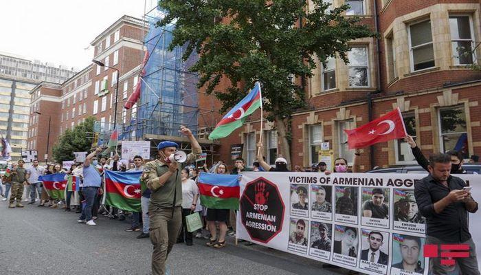 Азербайджанцы провели акцию протеста перед посольством Армении в Лондоне