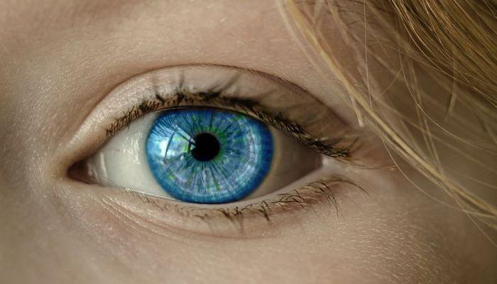 Бактерии съели глаз женщине, которая не сняла на ночь линзу
