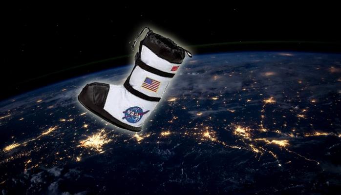 Amerikalı astronavt açıq kosmosda ayaqqabısını islatdı