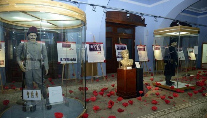 В Баку представлена уникальная историческая экспозиция, усыпанная алыми маками