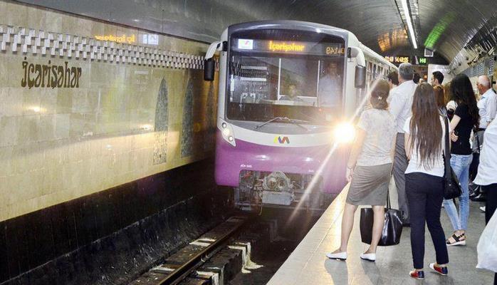 Metroda hamının üzü gülür