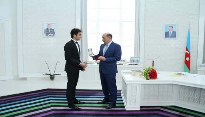 Министр культуры вручил молодому скрипачу-виртуозу удостоверение почетного звания «Заслуженный артист» и нагрудный знак