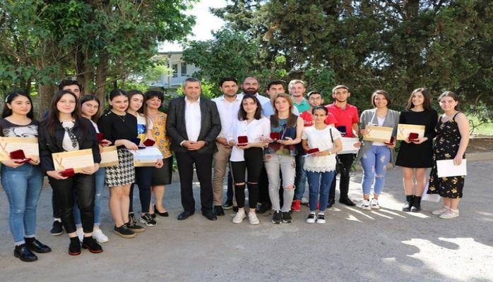 Gürcüstanda azərbaycanlı məzunlara qızıl və gümüş medallar təqdim olunub