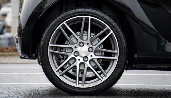 Эксперты объяснили, зачем водители стучат по колесам автомобилей