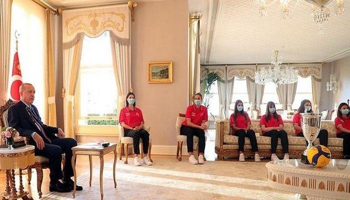 Başkan Erdoğan Avrupa Şampiyonu olan 19 Yaş Altı Kız Voleybol Milli Takımı'nı kabul etti