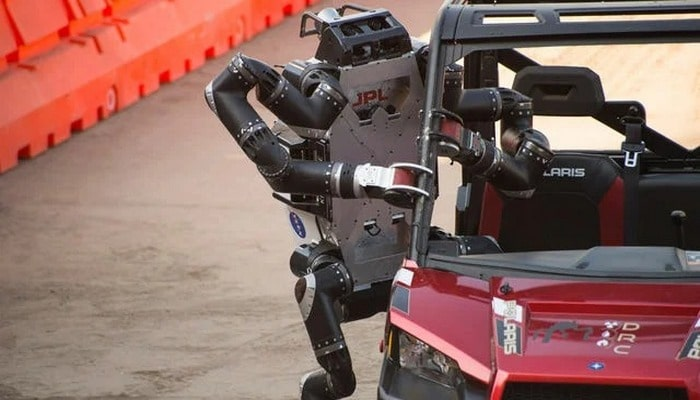 NASA robota avtomobil idarə etməyi öyrətdi