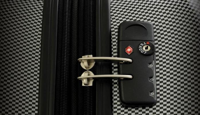Почему нельзя вешать замочек на чемодан?