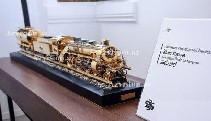 Ильхам Алиев сделал подарок Музею железной дороги