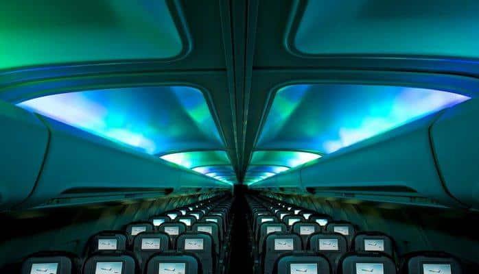 Почему в самолете выключают свет при взлете и посадке?