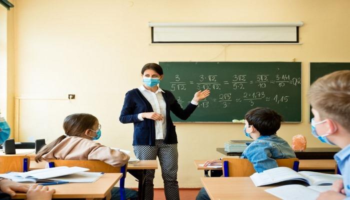 Bilim Kurulu Üyesi Kara: Çocuklar okulda daha az risk altında