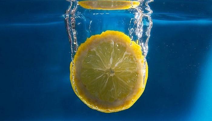 Вода с лимоном оказалась не такой уж полезной