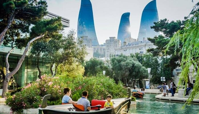 """""""Литературная газета"""" пишет о Баку"""