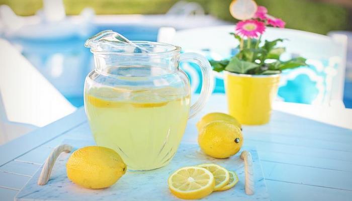 Диетологи рассказали о пользе употребления воды с лимоном натощак