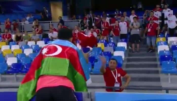 Tribunada Türkiyə bayrağını görüb aldı — Azərbaycanlı çempiondan jest
