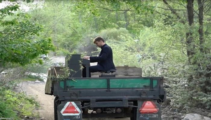 Azərbaycanlı pianoçu Türkiyədə traktorun üstündə konsert verdi