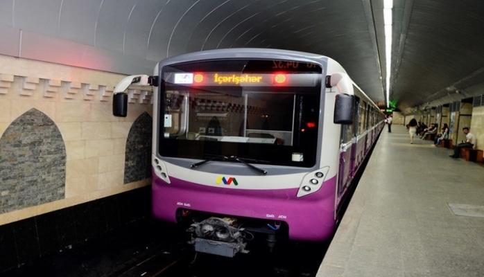 Bakı metrosunda qatarın qapıları açılmayıb, vaqonların işıqları sönüb