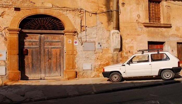İtaliyada şəhər rəhbərliyi evləri bir avroya satır