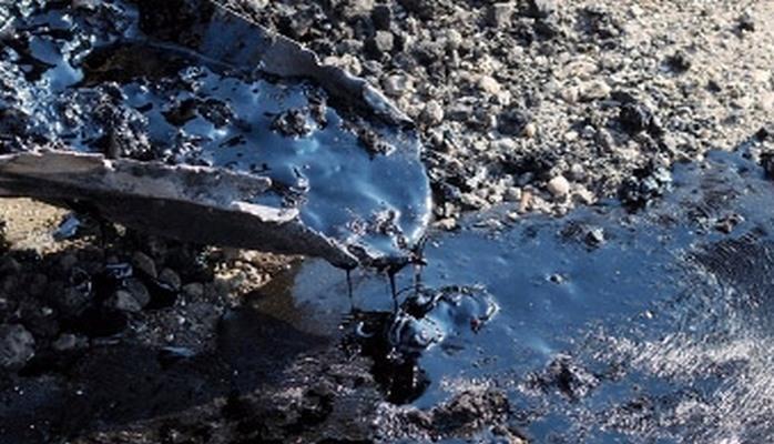 Под одним из домов в Баку обнаружен разлив нефти