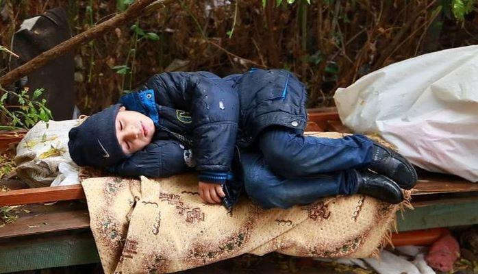 Этот ребенок уже два месяца живет на улице