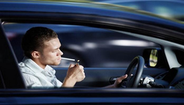 Предлагается запретить курение в автомобилях