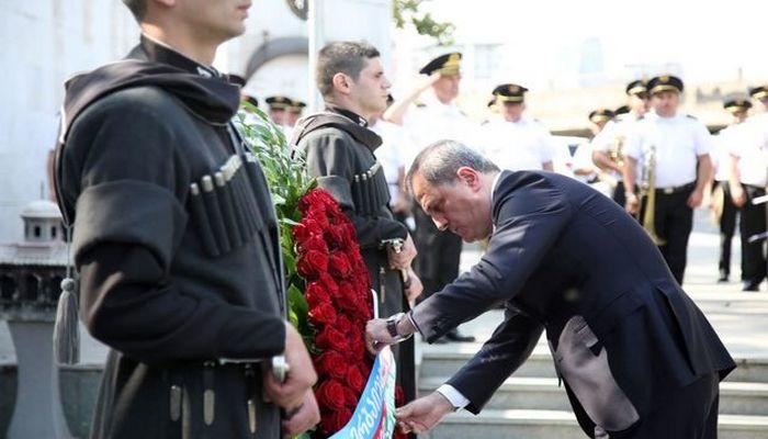 Ceyhun Bayramov Tbilisidə Qəhrəmanlar Memorialını ziyarət etdi