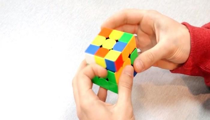 Студент из Гянджи собирает кубик Рубика за 8,15 секунды