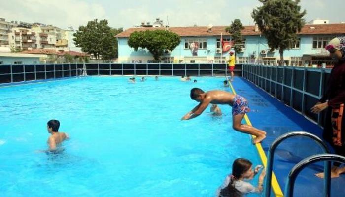 Çocuklar yüzmeyi portatif havuzlarda öğreniyor