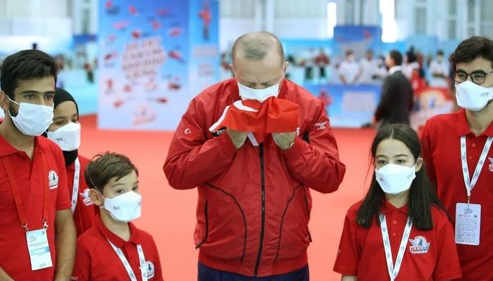 Cumhurbaşkanı Erdoğan Türk bayrağını öptü