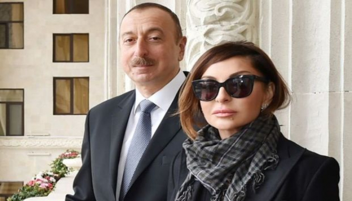 Ильхам Алиев и Мехрибан Алиева поздравили азербайджанцев