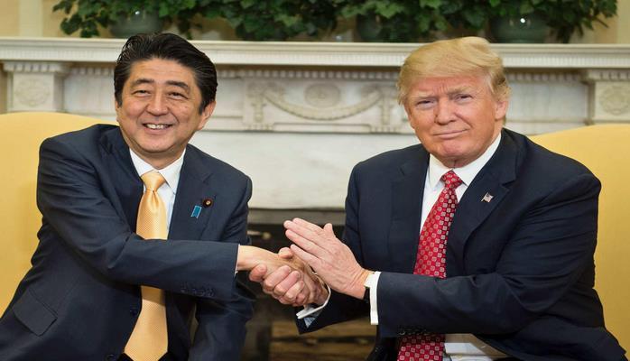 Премьер-министр Японии Синдзо Абэ переговорил в пятницу по телефону с президентом США Дональдом Трампом