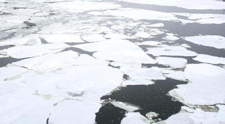 В Канаде под лед провалилась группа на снегоходах