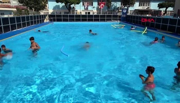 Dezavantajlı çocuklar portatif havuzlarda yüzme öğreniyor