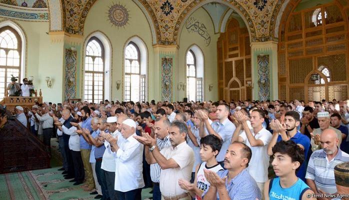 Azərbaycan məscidlərində bayram namazı qılındı