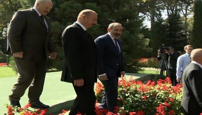 Пашинян подошел к Президенту Ильхаму Алиеву, чтобы поговорить