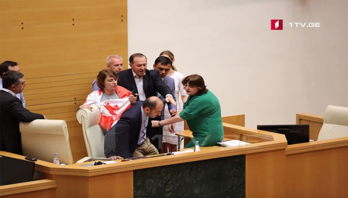 Gürcüstan parlamentində rus deputata görə gərgin anlar