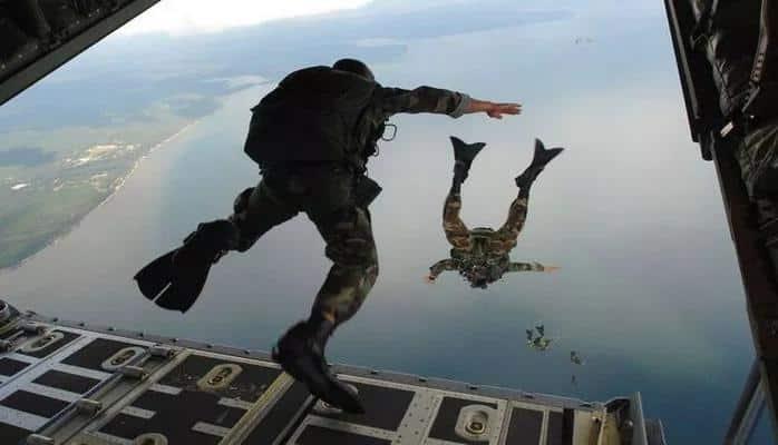 Paraşütçü asker çatıya böyle çakıldı!