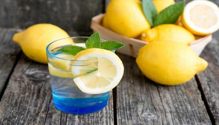 Зачем по утрам пить теплую воду с лимоном