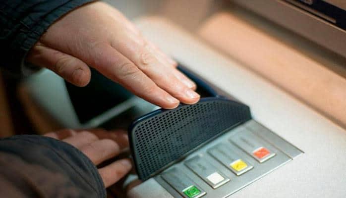 Почему нельзя забирать чужую карту из банкомата