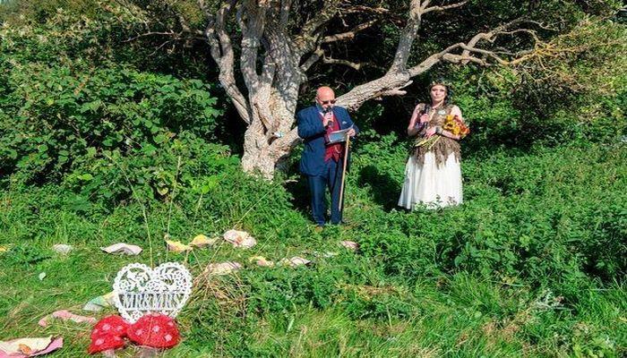 Женщина вышла замуж за дерево