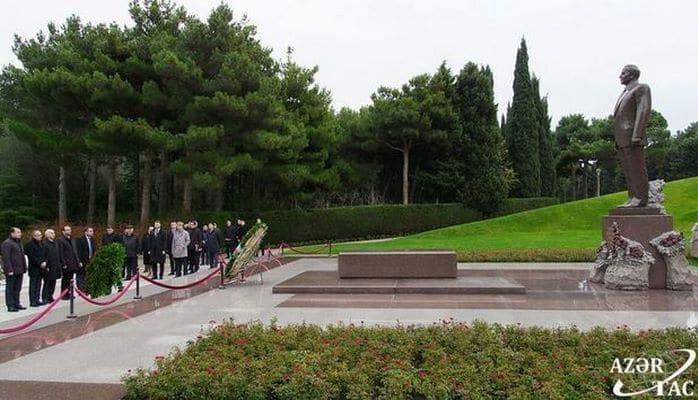 Представители МПК TRACECA посетили могилу Гейдара Алиева