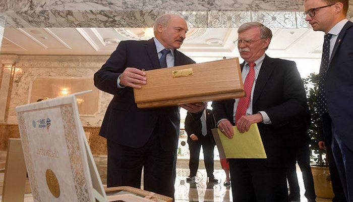 Лукашенко подарил Болтону водку
