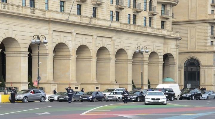 В Азербайджане память шехидов почтена  минутой молчания, приостановлено движение транспорта