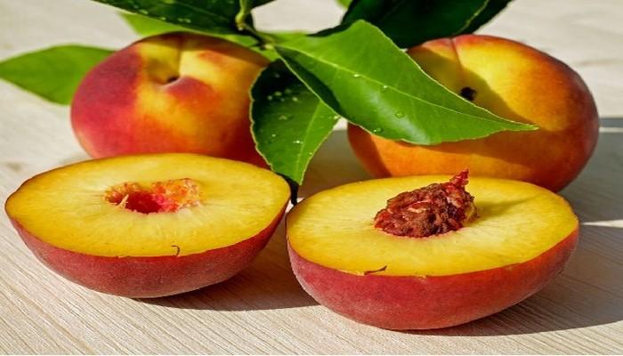 Эксперт рассказал, при каких болезнях полезно есть персики