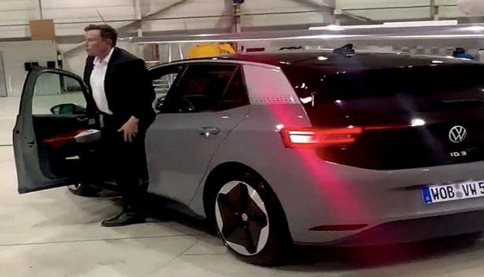 Elon Musk Volkswagen-in ilk elektrikli avtomobili ilə sınaq yürüşünə çıxdı