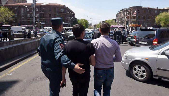 Ermənistanda kişilərin ölkəni tərk etməsi qadağan edildi