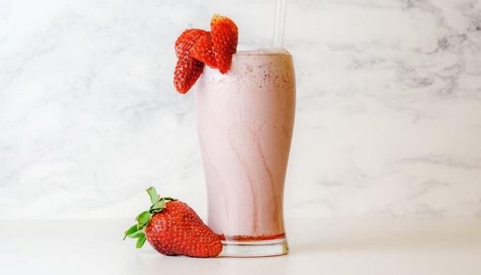 Evde bulunan malzemelerle kolay çilekli milkshake tarifi! Çilekli milkshake nasıl yapılır?