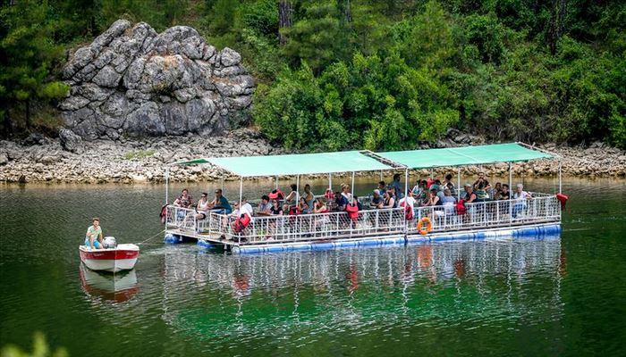 Yüzer platformla göl seyri, turistlerin gözdesi