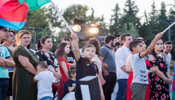 """Mingəçevirdəki """"ASAN həyat"""" kompleksində keçirilən konsert sakinlərə əsl bayram əhval-ruhiyyəsi yaşadıb"""