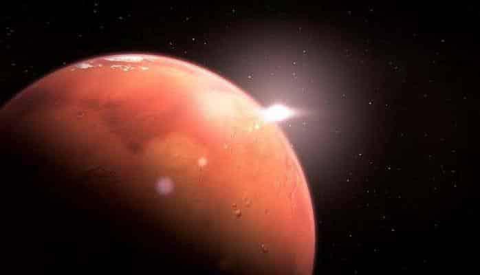 Ученые заметили свежий след от мощного удара на поверхности Марса